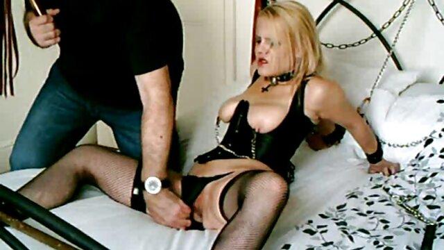 Le mec a video actrice porno à peine introduit son pénis dans le cul du bébé et l'a doucement baisée