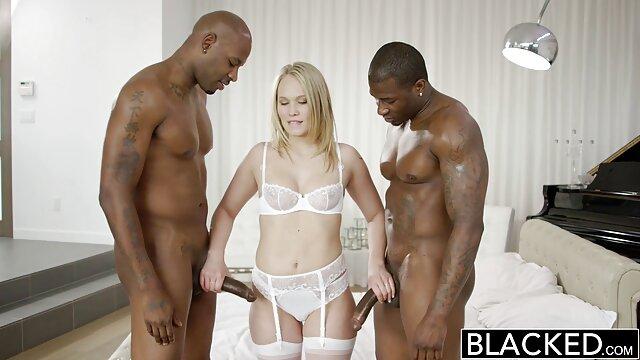 La blonde se couche sous la machine sexuelle pour obtenir un orgasme vidéos de films porno gratuit
