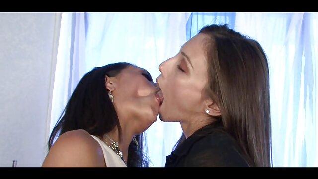 Un paysan lubrique ne doit pas refuser et il apporte des miettes chez lui, les laisse s'amuser avec des baisers video des film porno lesbiens et de la tendresse