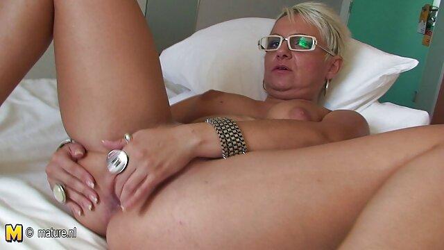 Une brune sexy maigre suce une grosse bite et attrape du video x pour adulte sperme avec des lèvres