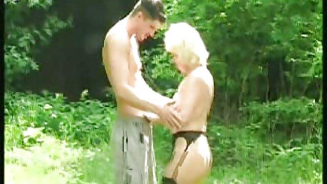 Jeunes bisexuels sexy s'embrassent dans la piscine video film sex gratuit et baisent