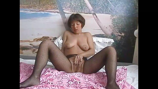 La beauté est grossièrement baisée dans video porno gratuite en streaming le sexe anal. La mignonne avait mal au début, mais après quelques minutes, elle gémissait déjà doucement de plaisir, se tordant dans l'orgasme