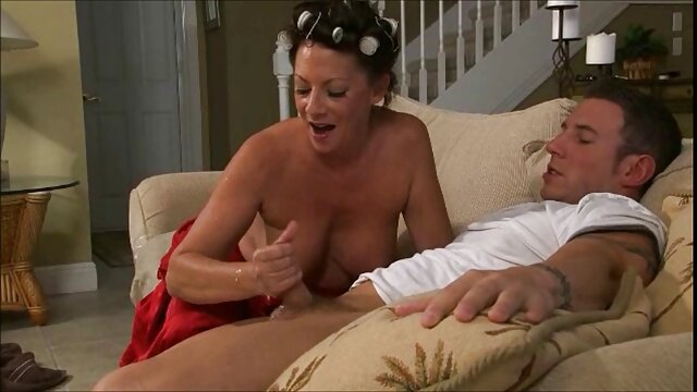 Un jeune couple amoureux, arrivé dans la suite nuptiale, entreprend tout d'abord de tester la solidité d'un immense lit, sur lequel son mari bien-aimé a baisé sa femme dans une chatte humide et le cul serré filmx xnx
