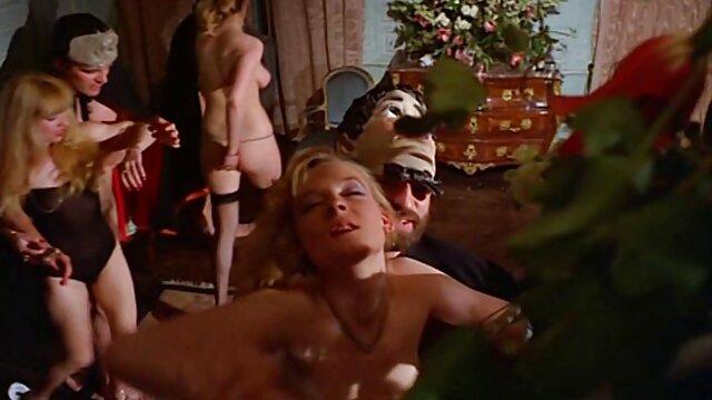 Une blonde passionnée avec des seins en video film porno gratuit silicone pompés baise en anal
