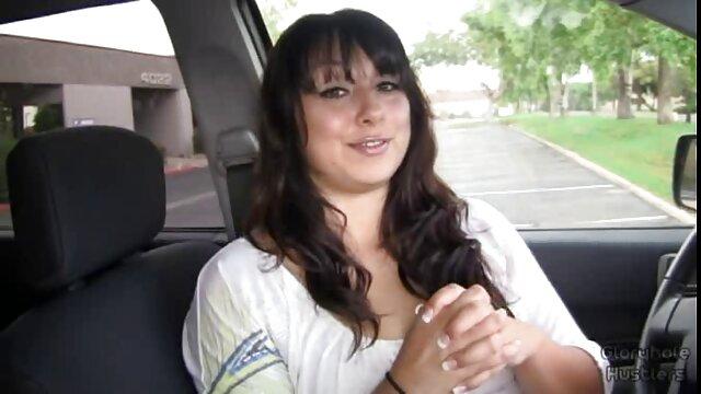 Brunette video des films porno chevauche la grosse bite de son taureau