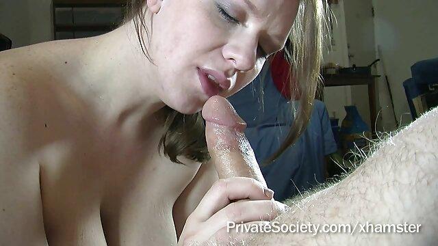 Blonde sexy aux gros seins caresse sa chatte rasée avec ses doigts et se baise avec un vibromasseur recherche vidéos porno gratuite épais