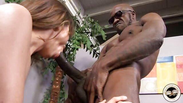 Une étudiante sexy travaille avec une grosse bite sur video film pornographique un lit moelleux