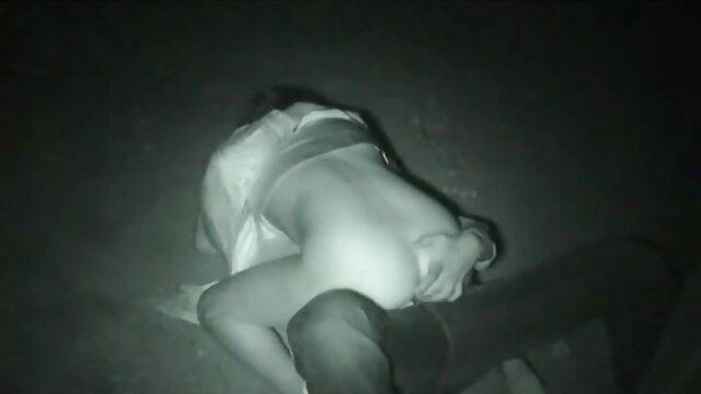 Maman chaude en bottes se baise video casting xx avec une bite devant une webcam