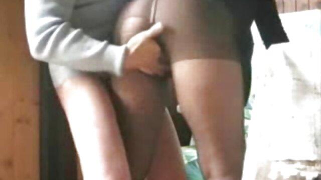 Une cavalière aux gros seins se prépare pour video porno vintage gratuit le rodéo et chevauche la bite d'un étalon