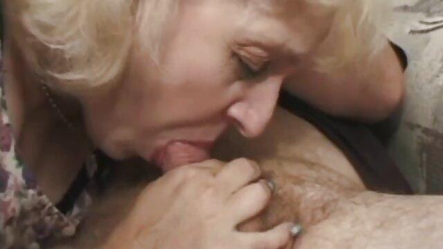 Une jeune blonde baise une chatte avec un films porno en video gode et s'assoit anal sur un pénis