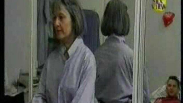 Une vidéo x pipe brune mature aux gros seins baise au bureau avec une employée mignonne