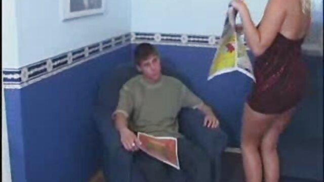 Une jeune étudiante rousse suce une film x vidéo bite à son tuteur dans la chambre