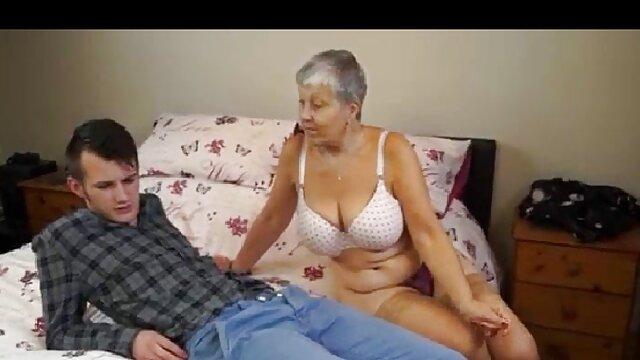 Hot femme porte des bas noirs et enroule ses vidéo x en français lèvres autour de la bite serrée de son mari