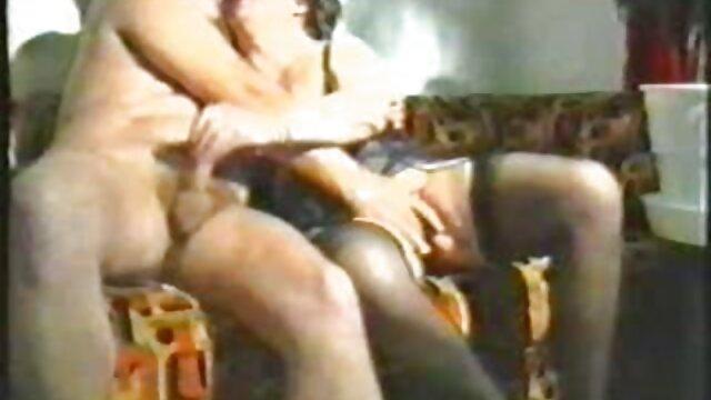 La belle brune aux video porno gratuit mere et fils gros seins Ray Veness baise avec un homme mûr
