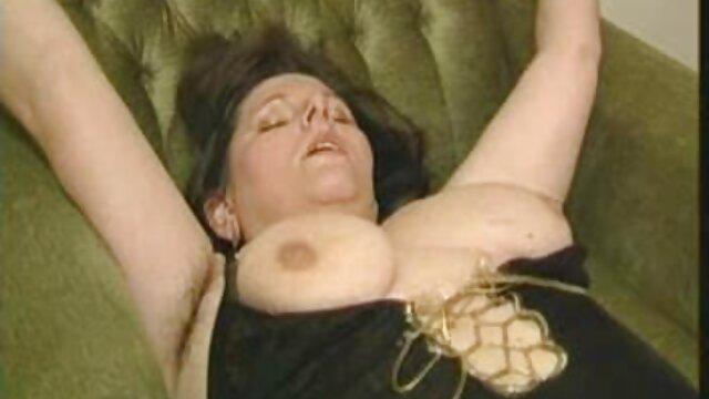 La blonde Nina s'est versée de des vidéos xxx l'huile sur elle-même et s'est allongée sous une machine à sexe