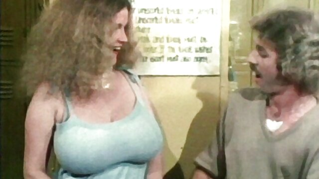 Blonde film porno couple echangiste lubrique à gros cul baise dans un body sexy