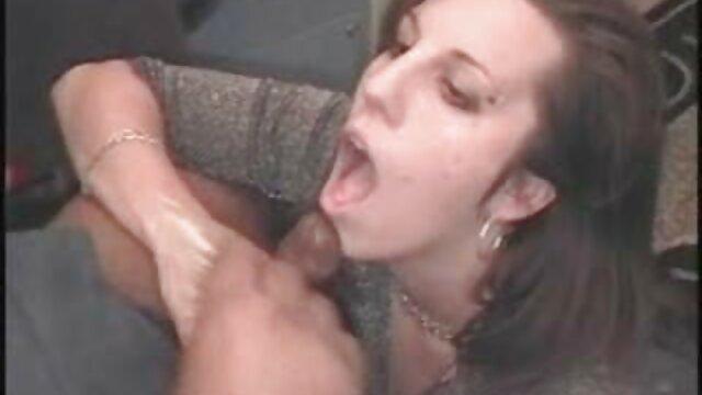 Le mec baise une salope à la maison, dur, parfois grossier, mais le pauvre bonhomme ne se doute pas que sa femme les regarde, dont la chatte coule déjà d'excitation et elle veut les rejoindre et lécher la chatte de cette extrait gratuit film porno chienne