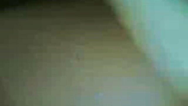 Le mari video x amateur voyeur filme sa femme en train de sucer la bite de son voisin